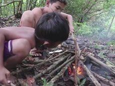 Дети едят змей